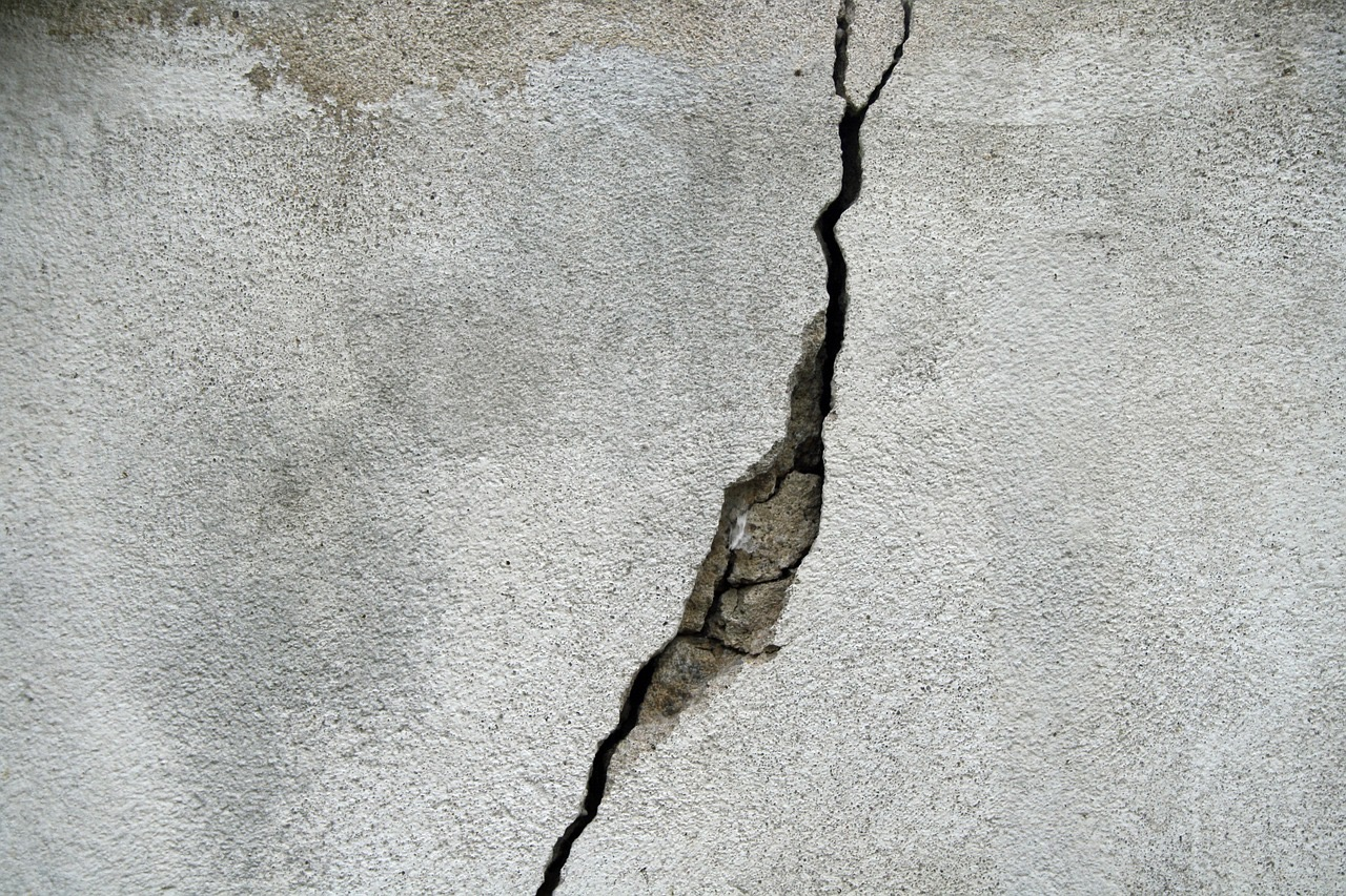 a drywall crack that needs to be repaired